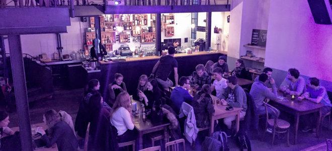 """Meetup von Digital Business Management Studierenden in der """"Werkstatt""""-Bar in Chur"""